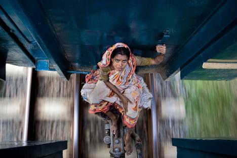 Kvinna åker tåg mellan två vagnar