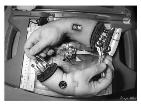 En robothand ger en robothand en hand