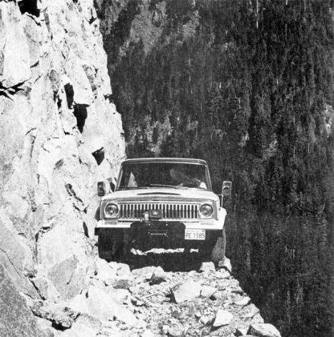 Bil på läskigt smal bergsväg