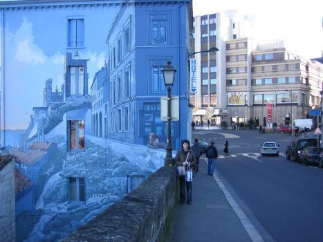 Imponerande målning på husvägg