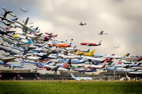 Cool bild på lyftande flygplan