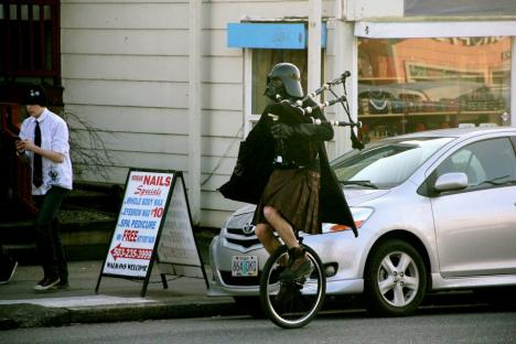 Skotte  med Darth Vader-mask på enhjuling
