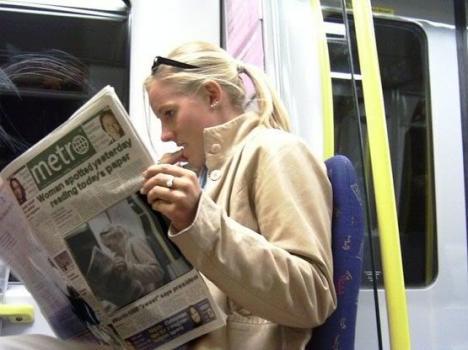 Extra, extra! Kvinna med dagens tidning igår