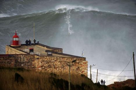 Han surfar på en 28 meter hög våg - otrolig bild!