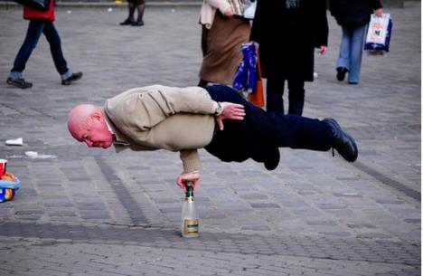 En gubbe som balanserar på en flaska
