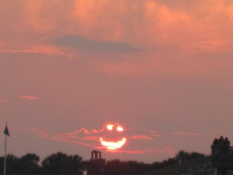 Solen visar sig som smiley